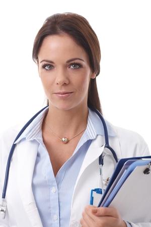 bata de laboratorio: Retrato de médico mujer atractiva, mirando a la cámara.