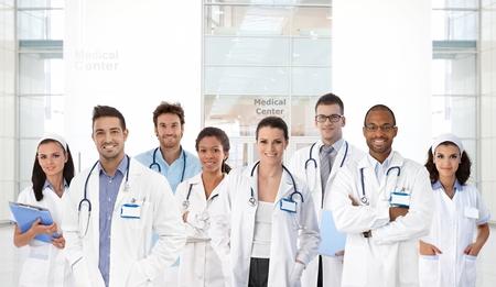 의료 센터에서 젊은 의사와 간호사의 초상화, 모든 웃고.