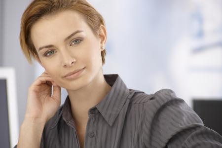 gingerish: Retrato de la hermosa joven rubia empresaria mirando a la c�mara.