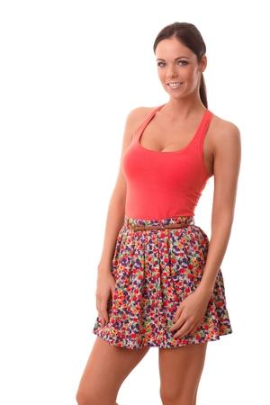 mini jupe: Photo d'�t� de la jolie jeune femme en mini jupe et top, souriant, regardant la cam�ra.