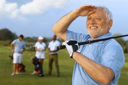 Closeup ritratto di anziano giocatore di golf maschile, holding golf club, a seguito di colpo. Archivio Fotografico - 25483556