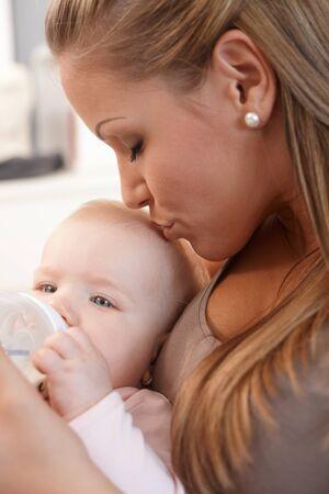 be kissed: Madre azienda e baciare figlia, alimentazione da biberon.