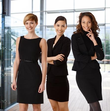 オフィスのロビーで幸せなビジネスウーマンの異人種間のチーム。 写真素材