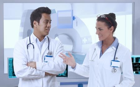 resonancia magnetica: Los médicos que la discusión en la RM habitación de hospital.