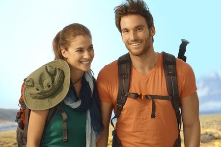 bonne aventure: Heureux jeune couple randonnée par beau temps.