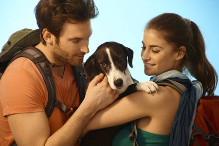bonne aventure: Couple de randonnée en chien. Banque d'images