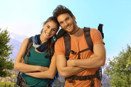 bonne aventure: Portrait de jeunes randonneurs en plein air sur une journée de printemps ensoleillée, regardant la caméra en souriant.