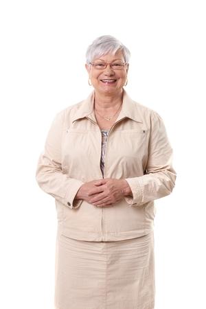 Retrato de mulher idosa feliz e sorridente sobre fundo branco.