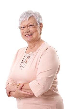 Portret van gelukkige oma lachend naar de camera, staande armen gekruist. Stockfoto - 26224833
