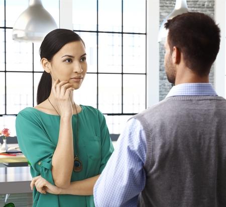 poner atencion: Ocasional de la gente hablando en la oficina, las mujeres asiáticas, officeworker prestar atención.