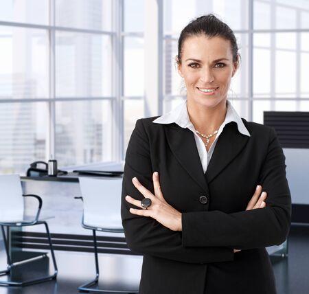 ejecutivo en oficina: Negocios de las empresas en la oficina ejecutiva, sonriendo.