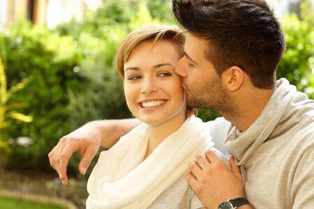 be kissed: Foto Primo piano di giovane coppia felice. L'uomo baciare la fidanzata.
