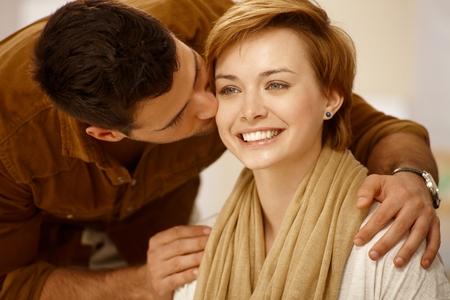 be kissed: Closeup ritratto di giovane coppia di innamorati. Uomo che bacia donna.