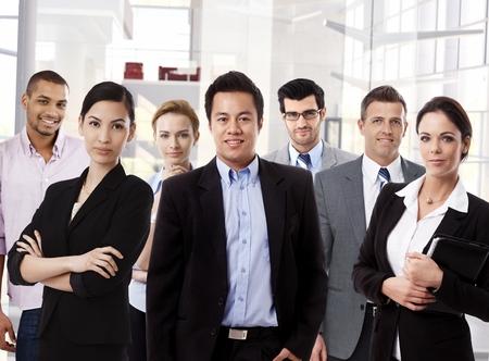 チームのオフィスで多民族のビジネス グループの肖像画。