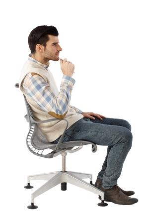 回転椅子に座って、思考のビジネスマンの側面図です。