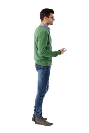 白い背景の上に話している若い男の側面図