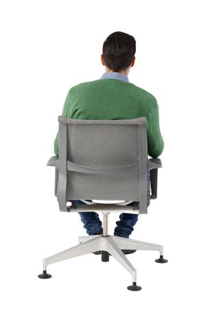 hombre sentado: Vista posterior del hombre de negocios sentado en la silla giratoria sobre fondo blanco