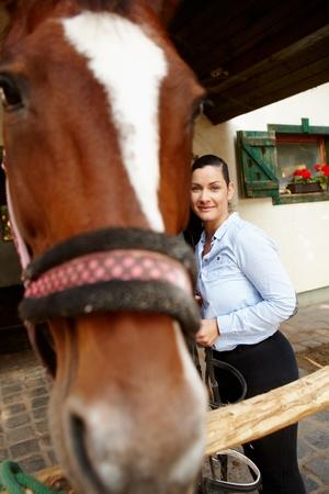 tenderly: Giovane donna pendente contro il suo cavallo teneramente. Archivio Fotografico