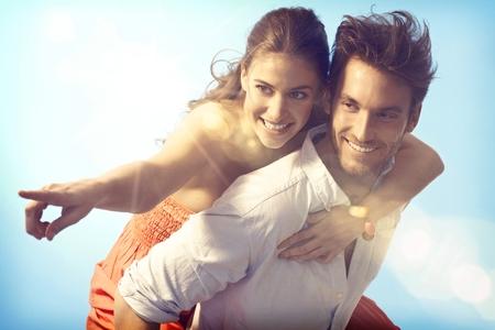 Romantische liebevolle Paare, huckepack auf Sommerurlaub. Lizenzfreie Bilder