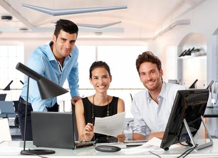 사무실에서 함께 작동하는 젊은 비즈니스 사람들의 행복 팀. 스톡 콘텐츠