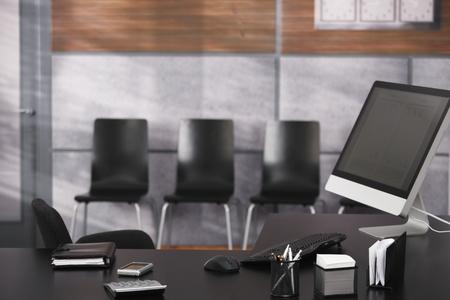 oficinistas: Vaciar la oficina con escritorio ordenado, ordenador, organizador personal.