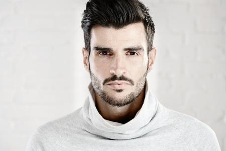 visage homme: Portrait photo cool beau jeune homme regardant la caméra, fond blanc. Banque d'images