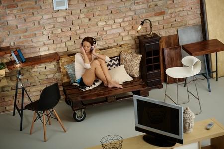 mujer sola: Joven mujer de relax en casa con la música.