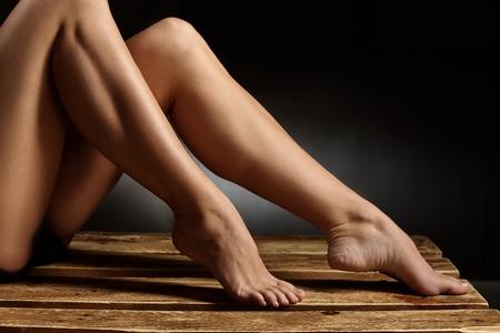 mujer sexy desnuda: Foto de detalle de las piernas desnudas de bailarina. Foto de archivo