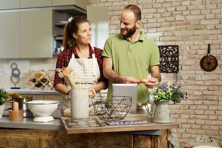 mandil: Pareja joven amante de cocinar juntos en casa en la cocina. Foto de archivo