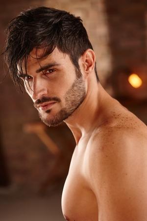 nackte brust: Portrait der schönen charmanter Mann mit nacktem Oberkörper.