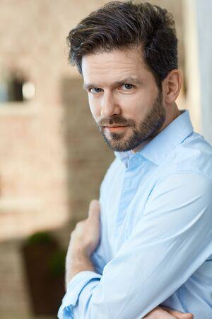 Ritratto di giovane uomo con la barba, guardando a porte chiuse.