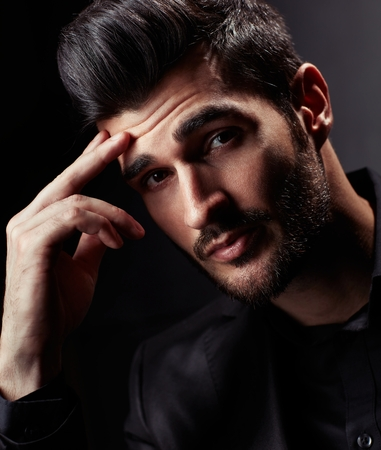 Close-up ritratto di giovane uomo d'affari con uno sguardo interrogativo.