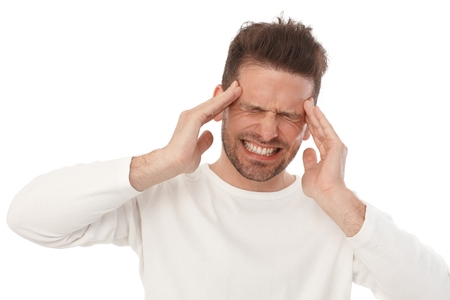 Giovane con mal di testa orribile, espressione dolorosa del viso.