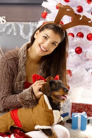 Glückliche Frau verkleiden sich Hund, lächelnd, Blick in die Kamera. Standard-Bild - 85187643
