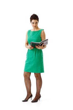 Jonge onderneemster in groene die kleding op wit wordt geïsoleerd.% 00 Stockfoto