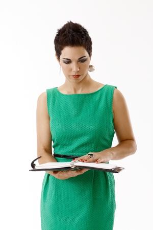 Junge Geschäftsfrau im grünen Kleid lokalisiert auf Weiß Standard-Bild - 93840535