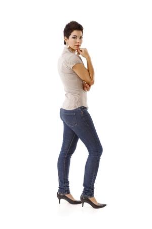 Jonge vrouw in toevallig geïsoleerd op wit.