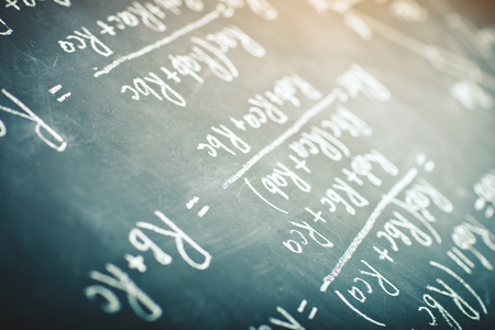 On the chalk Board written by the physical formula for the electric current. Banque d'images - 94204577