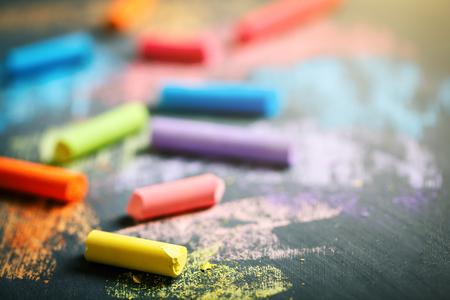 Pastelli colorati sulla lavagna, disegno. Torna a scuola.