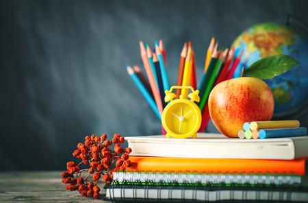 Zurück zum Schulhintergrund mit Schulmaterial.
