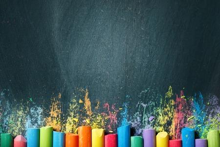 Pastelli colorati sulla lavagna, disegno. Torna a scuola. Archivio Fotografico