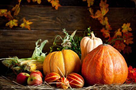 La mesa, decorada con verduras y frutas. Fiesta de la cosecha. Feliz día de acción de gracias. Fondo de otoño. Enfoque selectivo. Foto de archivo