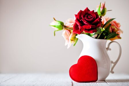 Kartkę z życzeniami z kwiatami i sercem. Tło z miejsca na kopię. Selektywne skupienie. Zdjęcie Seryjne