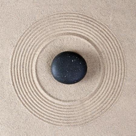 Stenen op raked zand Stockfoto