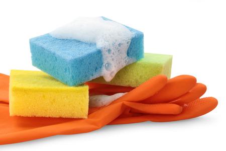 celulosa: Guantes de goma y esponjas de celulosa listos para las tareas de limpieza del hogar Foto de archivo
