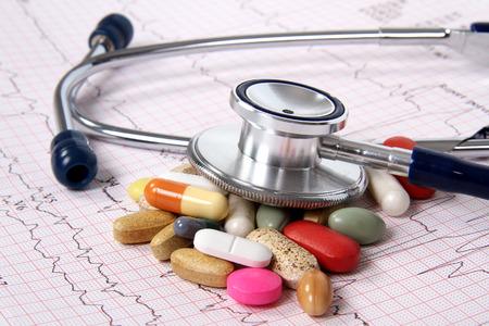 enfermedades del corazon: Cardiograma EK y derramó concepto tablets.Medical Foto de archivo