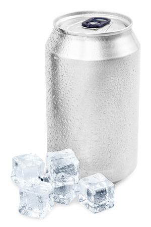 lata de refresco: refresco de aluminio puede con el cubo de hielo aislado en blanco