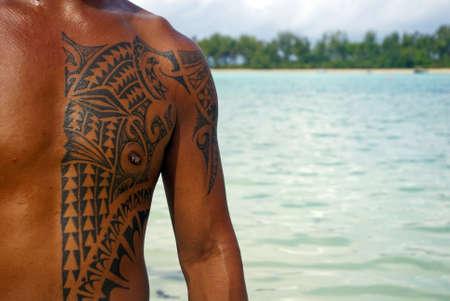 rarotonga: Rarotonga, Isole Cook - 12 ottobre 2008 - Un Cook Islands guida turistica dispays suoi tatuaggi polinesiani