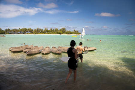 rarotonga: Rarotonga, Isole Cook, 15 ottobre 2008 - turisti relax in laguna. Editoriali