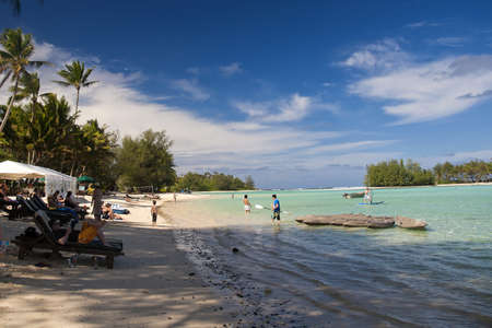 rarotonga: Rarotonga, Isole Cook, 15 ottobre 2008 - turisti rilassarsi in spiaggia di Muri e nella laguna. Editoriali
